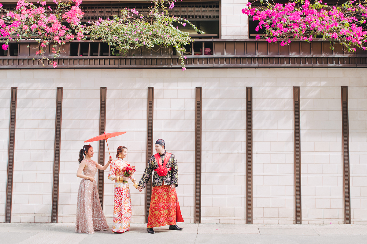 bride and groom getting married in traditional chinese wedding dress